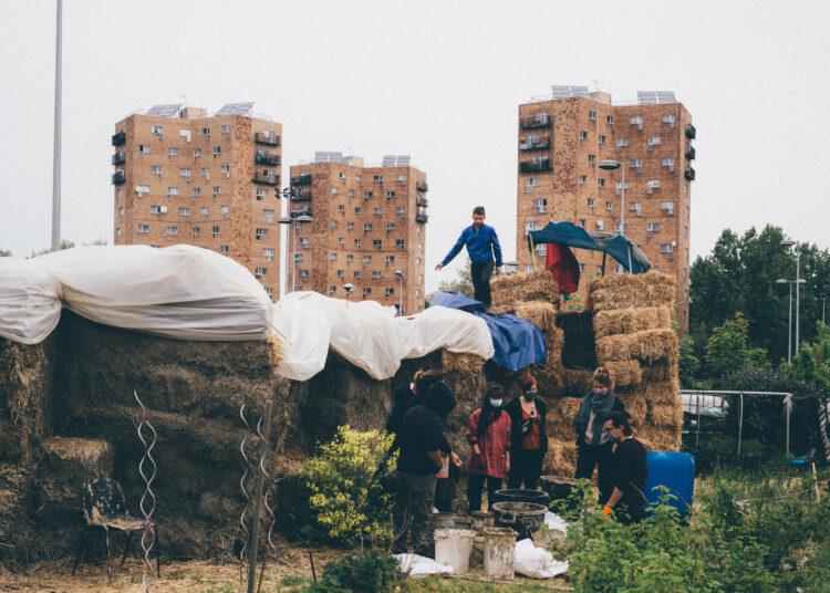 Construction d'un mur de paille aux Jardins des Vertus à Aubervilliers. Aujourd'hui transformé en JAD (Jardins à défendre) pour lutter contre les travaux pour les JO 2024 et le solarium - © Delphine Lefebvre